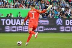 Koen Casteels en la acción durante un partido de fútbol foto de archivo