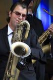 Koen Schouten gioca il sax del baritono Immagine Stock