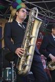 Koen Schouten gioca il sax del baritono sulla fase Fotografia Stock