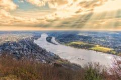 KOENIGSWINTER, DEUTSCHLAND - 13. MÄRZ 2016: Szenische Ansicht vom Schloss von Drachenfels in das Rhein-Tal mit drastischem Himmel Stockbild