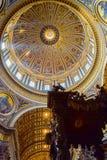 Koepel binnen van St Peter ` s Basiliek met St Peter ` s Baldakijn stock afbeelding