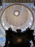 Koepel en Altaar in St Peter Basiliek, de Stad van Vatikaan Royalty-vrije Stock Foto
