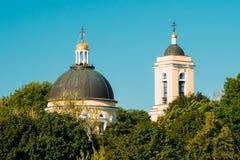 Koepel en Klokketoren van Peter And Paul Cathedral Under Sunny Summer Blue Sky Gomel, Wit-Rusland stock foto