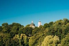 Koepel en Klokketoren van Peter And Paul Cathedral Under Sunny Summer Blue Sky Gomel, Wit-Rusland stock afbeelding