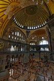 Koepel en menigten in Hagia Sophia, Istanboel, Turkije Royalty-vrije Stock Foto's