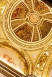 Koepel met duif van vrede in goud gekleurd plafond stock afbeeldingen