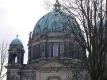 Koepel van Berlin Cathedral/Berlinerdom in de winter achter naakte boomtakken stock afbeeldingen