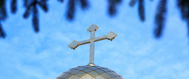 Koepel van de kapel met een kruis op hemelachtergrond Stock Afbeeldingen