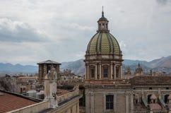 Koepel van de kerk van deiteatini van San Giuseppe De horizon van Palermo over ro royalty-vrije stock foto