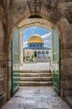 Koepel van de Rots zoals die door het Katoen Merchant&#x27 wordt bekeken; s Poort in Jeruzalem Israël Royalty-vrije Stock Fotografie