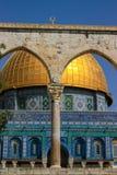 Koepel van de rots zoals die van een boog op Jerusalem's-Tempel Moun wordt gezien royalty-vrije stock afbeeldingen