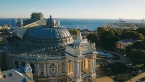 Koepel van Odessa Opera House ukraine Lucht Videolengte stad cultureel sightseeing centrale voorgevel Zonsopgang stock videobeelden