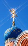 Koepel van Russische orthodoxe kerk met kruis Stock Foto's