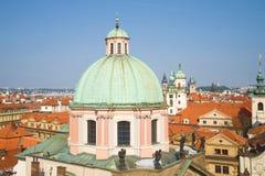 Koepel van St Francis van Cathedra van Assisi op een zonnige middag Praag, Tsjechische Republiek royalty-vrije stock foto