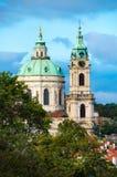Koepel van St Nicholas Church Cathedral die door oranje dak wordt omringd Stock Foto