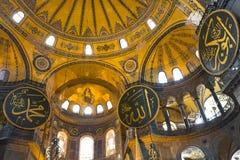 Koepels en Arabische inschrijvingen binnen de Museumkerk van Hagia Sophia, in Istanboel, Turkije Royalty-vrije Stock Afbeeldingen