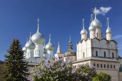 Koepels van de kathedralen van het Kremlin van Rostov Groot op een Zonnige de lentedag Gouden ring, royalty-vrije stock afbeeldingen
