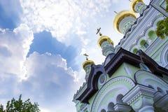 Koepels van de kerk tegen de blauwe hemel Stock Afbeelding