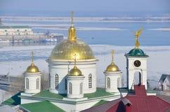Koepels van de Kerk van St Alexander in Blagoveschensky-klooster in Nizhny Novgorod stock foto's