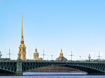 Koepels van de kerken van Peter en Paul Fortress over RT Stock Afbeeldingen