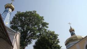Koepels van de orthodoxe kerk stock videobeelden
