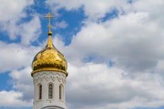 Koepels van een godsdienstig gebouw Kruisen op de koepels van de kerk Kathedraal met zilveren koepels tegen de hemel stock foto