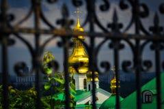 Koepels van het mooie blauwe Gouden mannelijke klooster van Svyato Mikhailovsky, Oekraïense Orthodoxe Kerk van het Patriarchaat v stock afbeelding
