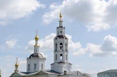 koepels van kerk met kruisen tegen de bewolkte hemel stock afbeelding
