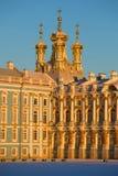 Koepels van Kerk van de Verrijzenis in stralen van de zonsondergangzon Een fragment van Catherine Palace in Tsarskoye Selo, Rusla Stock Fotografie