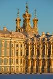 Koepels van Kerk van de Verrijzenis van Catherine Palace in stralen van de zonsondergangzon Selo van Tsarskoye, Rusland Stock Foto