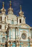 Koepels van Smolny-Kathedraal in St. Petersburg, Rusland Stock Foto's