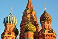 Koepels van St de Kathedraal van het Basilicum op rood vierkant, 16de eeuw Moskou, Rusland royalty-vrije stock foto