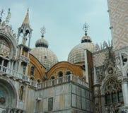 Koepels van St Teken` s Basiliek naast het Dogespaleis Venetië Italië Stock Foto