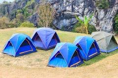 Koepeltenten in het kamperen plaats Stock Foto's