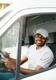 Koerier Delivery Zwarte Mensenbestuurder Driving Delivery Car royalty-vrije stock afbeelding