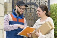 Koerier die een pakket levert Stock Afbeeldingen