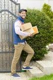 Koerier die een pakket levert Royalty-vrije Stock Afbeeldingen