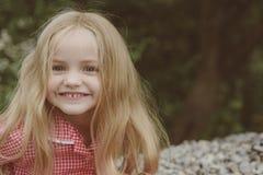 Koester al uw gelukkige ogenblikken Weinig lang haar van de kindslijtage Klein meisje met blond haar Gelukkig weinig kind met stock afbeeldingen