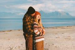 Koesterend paar op strand die samen reizen stock afbeelding