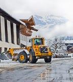 Koetschach, Oostenrijk - sneeuwploeg in actie op wintertijd Stock Fotografie