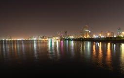Koeweit bij nacht stock foto