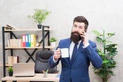 Kofeina uzale?niaj?ca si? Mężczyzny biznesmena chwyta filiżanki stojaka brodaty biuro Pomyślni ludzie napój kawy Kawa jest zawsze obraz stock