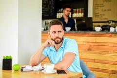 Koffein gör dig produktivare Den allvarliga grabben tycker om upp koffeindrinkslut Starta dagen med den stora koppen kaffe fotografering för bildbyråer