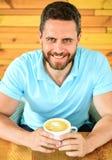 Koffein kan få idérika fruktsafter som flödar, då du klibbade i brunst, och den ger dig drev Mannen uppsökte grabben dricker capp royaltyfri foto