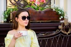 Koffeindos Kaffe f?r driftig lyckad dag Frukost Tid i kaf? Flickan tycker om morgonkaffe Kvinnadrink royaltyfri foto
