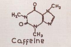 Koffeintext och formel från kaffebönor på lineatextur royaltyfri fotografi