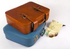 Koffer auf Bett Stockfoto