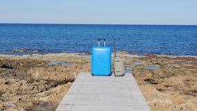 Koffer auf dem Pier nahe dem Meer stock video