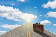 Koffer auf der Straße zum Himmel Stockfotos