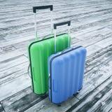 Koffer auf hölzernem Hintergrund Lizenzfreie Stockfotos